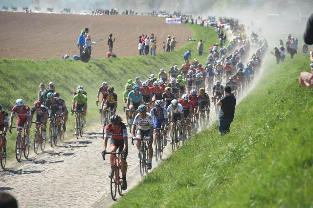 Paris-Roubaix-peloton-photo-Sirotti.jpg